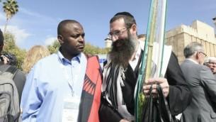 Malani Mtanga, un député du Malawi, parle avec un homme juif orthodoxe à Hébron, le 19 octobre 2016. (Crédit : Avi Hayoun)