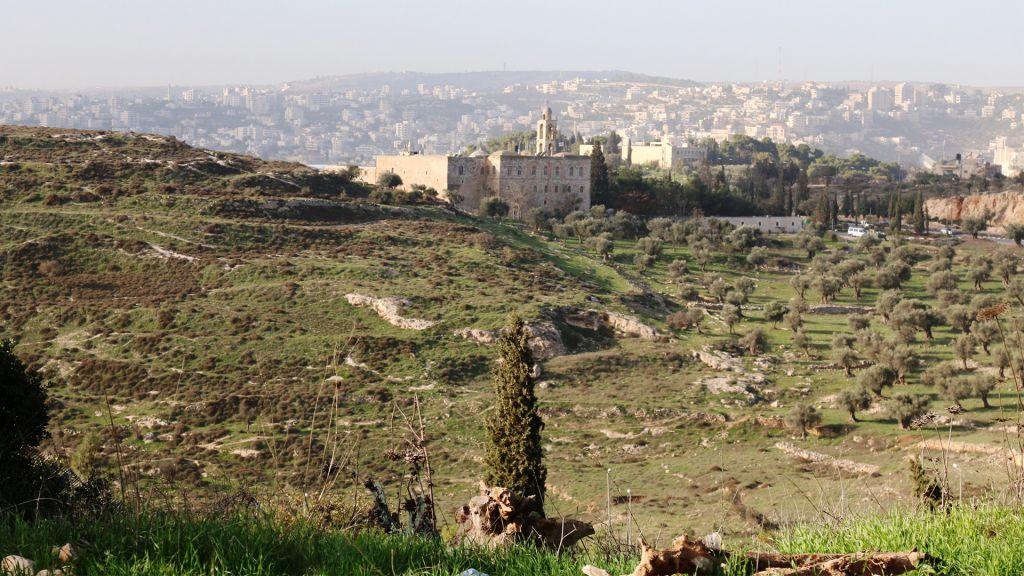La vue depuis le poste d'observation, d'où l'on peut le monastère Mar Elias (Crédit : Shmuel Bar-Am)