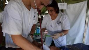 L'équipe médicale de la délégation israélienne soignent les victimes du typhon Haiyan aux Philippines, le 20 novembre 2013. (Crédit : Twitter/unité des porte-paroles de l'armée israélienne)