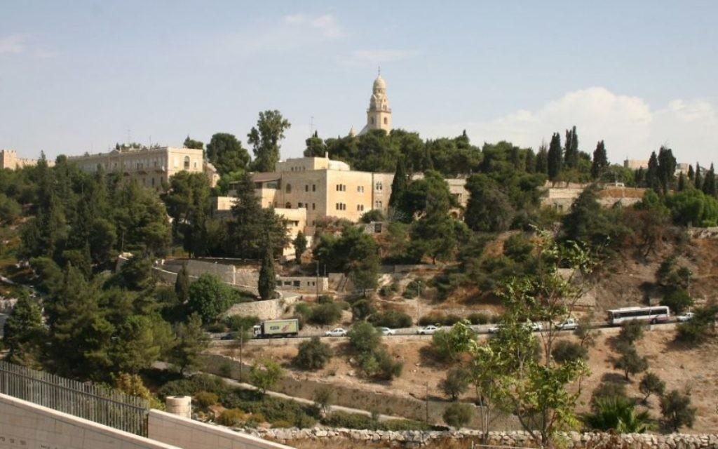 Le mont sion, situé à l'extérieur des murailles de la Vieille Ville de Jérusalem, un point central dans l'histoire de la ville depuis l'époque du Premier Temple (Crédit : Shmuel Bar-Am)