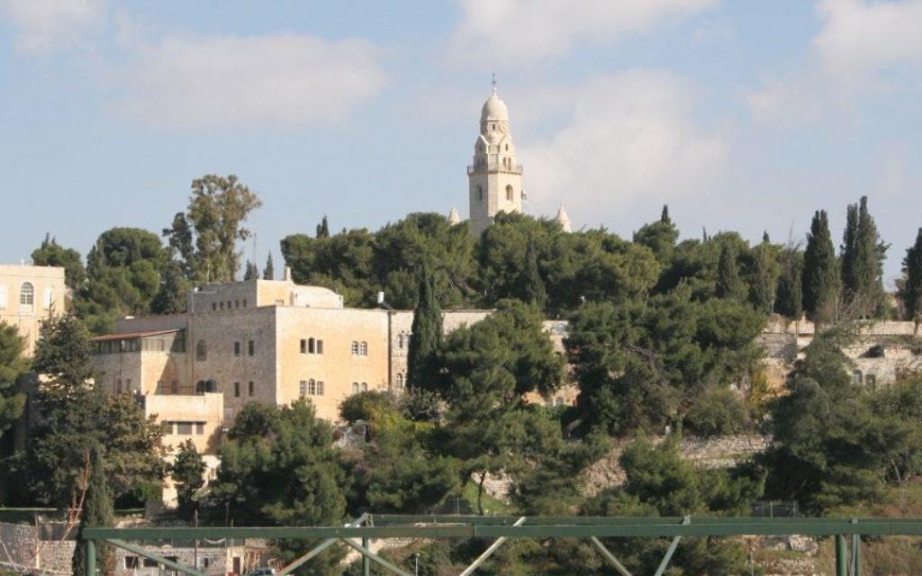 La tour de l'Abbaye de Dormition. Selon la tradition chrétienne, Marie, mère de Jésus aurait trouvé le sommeil éternet dans cette abbaye. (Crédit : Shmuel Bar-Am)