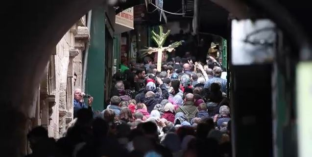 """Des centaines de pèlerins chrétiens orthodoxes ont pris part à une procession dans la Vieille ville de Jérusalem en refaisant, sous de vastes croix portées à dos d'homme pour certains, les derniers mètres que Jésus aurait parcourus avant sa crucifixion. Venus du monde entier, ils ont remonté par les ruelles la Via Dolorosa et se sont arrêtés pour prier à chacune des stations du """"Chemin de la souffrance"""", jusqu'à l'église du Saint-Sépulcre, le 4 avril 2015. (Crédit : AFP)"""