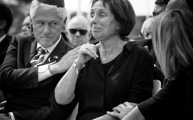Tsivya Walden, à l'enterrement de son père, aux côté de Bill Clinton, le 30 septembre 2016 (crédit : capture d'écran GPO)