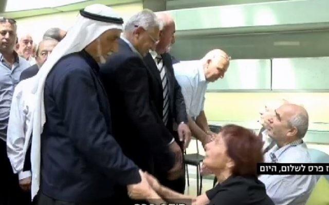 Une délégation de 20 chefs du conseil israélo-arabes a rendu une visite de shiva à la famille Peres au Centre Peres pour la Paix à Jaffa, le dimanche 2 octobre 2016. (Crédit : capture d'écran / Ynet)