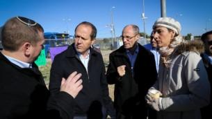 Nir Barkat, maire dfe Jérusalem ( à gauche) et Davdi Perl, président du Conseil régional du Gush Etzion (deuxème à partir de la droite) et d'autres politiciens locaux discutent des mesures de sécurité à la jonction Etzion en Cisjordanie, au sud de Jérusalem., le 24 novembre 2015. ( Crédits : Gershon Elinson/Flash 90)