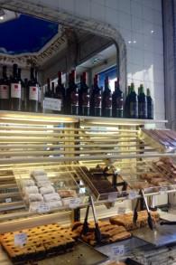 """Murciano, une """"pâtisserie Yiddish"""", résiste bien à l'embourgeoisement. Il y a une centaine d'années, le lieu était déjà une boulangerie casher. (Crédit : Lisa Klug/Times of Israel)"""