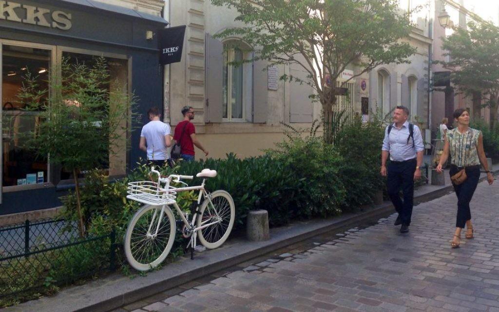 Balade dans le très à la mode quartier du Marais, à Paris. (Crédit : Lisa Klug/Times of Israel)