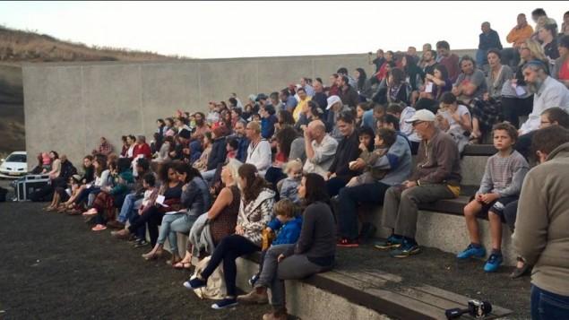 Des centaines d'Israéliens rassemblés sur le plateau du Golan du Golan pour prier pour les victimes de la guerre civile syrienne, à la veille de Yom Kippour, le 10 octobre 2016. (Crédit : autorisation)
