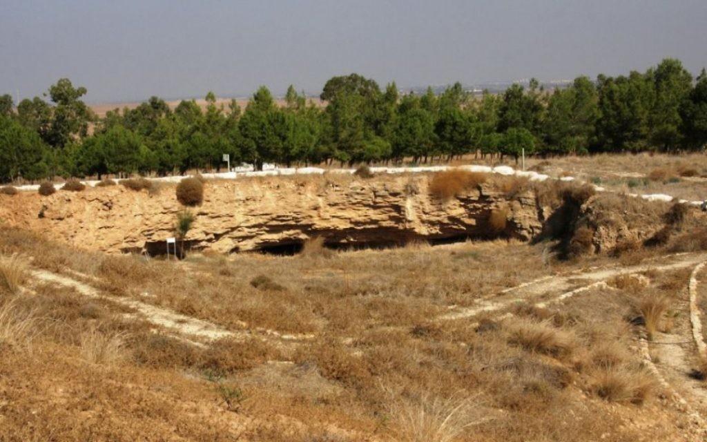 Les limites de la carrière abandonnée dans la forêt de Kommemiyut (Crédit : Shmuel Bar-Am)