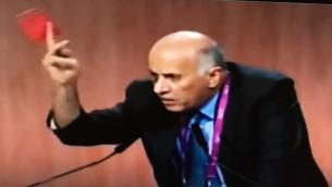 """Jibril Rajoub et son carton rouge """"contre le racisme"""" au congrès de la FIFA à Zurich, le 29 mai 2015. (Crédit : capture d'écran Deuxième chaîne)"""