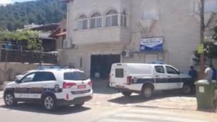 La police boucle les lieux d'une scène de crime dans le village du nord de Shibli-Umm al-Ghanam après qu'un homme a été accusé du meurtre de sa mère le 2 mai 2015. (Crédit : capture d'écran Ynet)