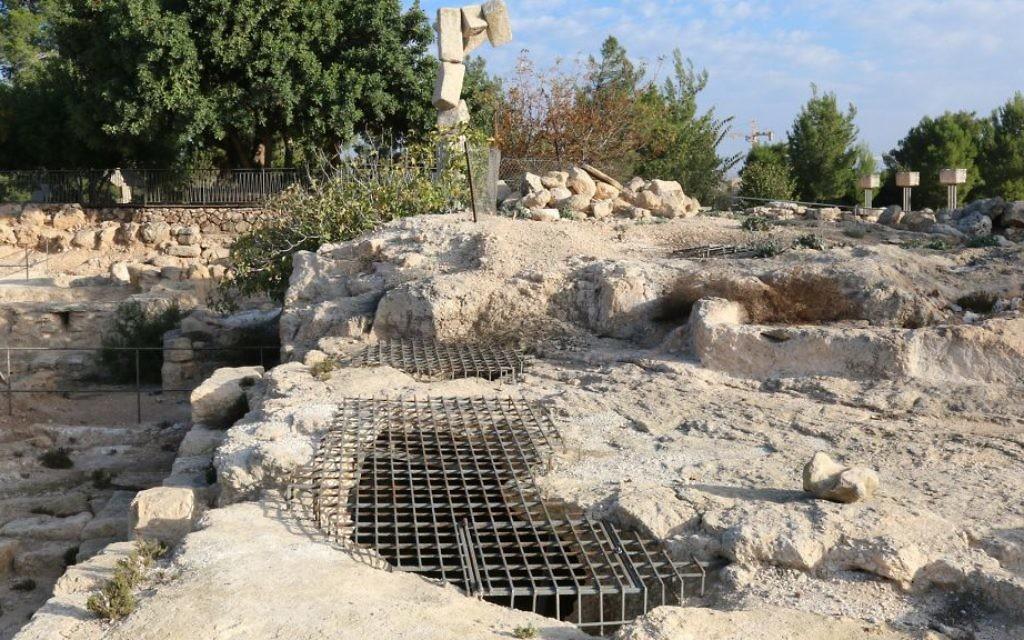 Les Juifs vivant à l'époque des Romains dans la région de Ramat Rachel ont construit les columbariums découverts sur le site, qui ont été utilisés pour élever des colombes (Crédit : Shmuel Bar-Am)