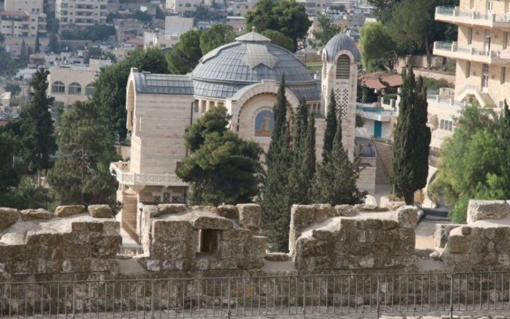 En dessous de l'église Saint Pierre, sur lde flanc du mont Sion, on peut voir les pièces taillées dans la pierre depuis l'époque du Second Temple (Crédit : Shmuel Bar-Am)