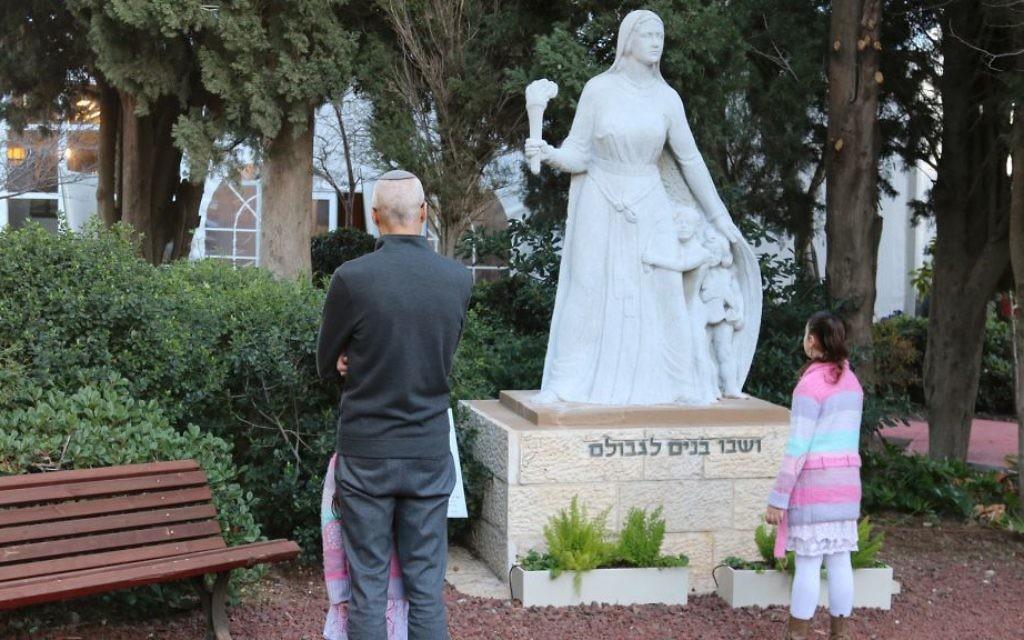 Une statue de la matriarche Rachel créée en 1954 exposée en dehors de la maison d'hôtes du Kibbutz Ramat Rachel (Crédit : Shmuel Bar-Am)