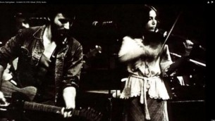 Bruce Springsteen et Suki Lahav sur scène à Philadelphie en 1974 (capture d'écran Youtube)