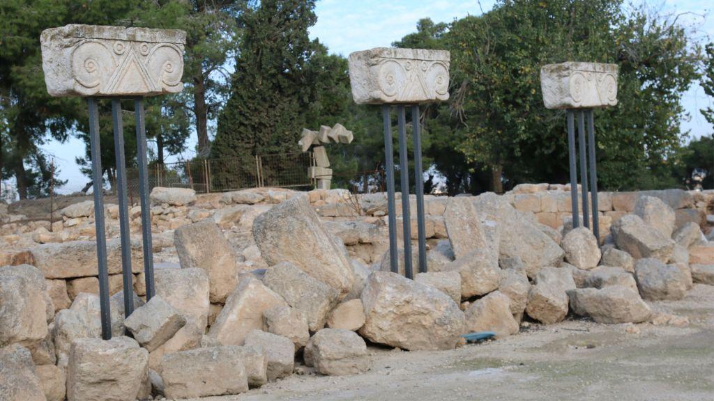 Les chapiteaux décoratifs Proto-éoliques, qui se trouvaient autrefois sur des colonnes, sont vieux de plus de 2 500 ans (Crédit : Shmuel Bar-Am)