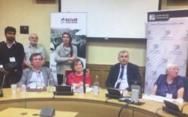 Jenny Tonge, la parlementaire britannique et d'autres intervenants écoutent durant une rencontre anti-Israël à la Chambre des Lords le 25 octobre 2016, pendant qu'un membre du public accuse les juifs d'avoir contrarié Hitler au point de commettre le génocide de la Shoah. (Crédit : capture d'écran Facebook)