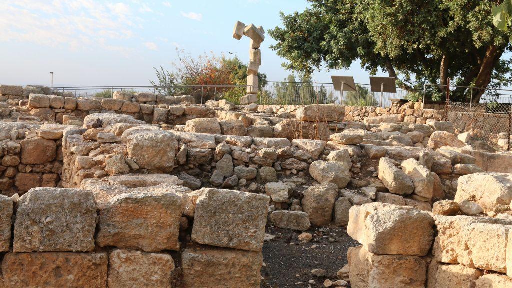Une sculpture de « pierres croulants  » derrière les fouilles archéologiques à Ramat Rachel (Crédit : Shmuel Bar-Am)