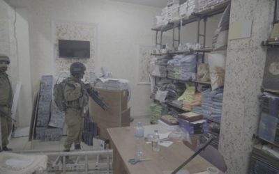 Des soldats dans une imprimerie qui produisait, d'après l'armée israélienne, des affiches et d'autres documents de soutien au terrorisme, à A-Ram, en Cisjordanie, le 19 octobre 2016. (Crédit : unité des porte-paroles de l'armée israélienne)