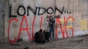 """""""London Calling"""", oeuvre de l'artiste de rue Bansky, sur le mur du camp de Calais, où s'abritent des réfugiés, le 8 février 2015. (Crédit : Alex Goldberg)"""