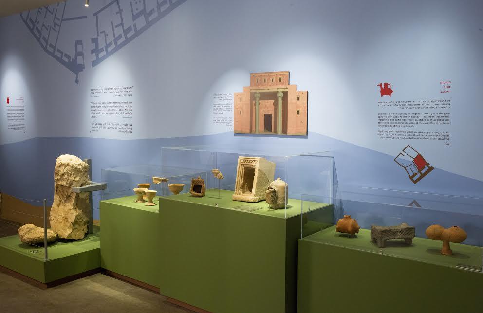Modèles de sanctuaire et des objets culturels de Khirbet Qeiyafa exposés au Bible Lands Museum. (Crédit : Oded Antman / Bible Lands Museum)