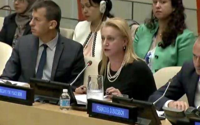 De gauche à droite : le directeur exécutif de B'Tselem, Hagai El-Ad, Lara Friedman de Américains pour La Paix Maintenant, et le professeur François Dubuisson de l'Université libre de Bruxelles, pendant une rencontre du Conseil de sécurité des Nations unies sur les implantations israéliennes, à New York, le 14 octobre 2016. (Crédit : capture d'écran UN TV)