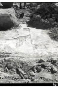 Un sol de l'époque byzantine photographié par R.K. Hamilton,  directeur du département des antiquités du Mandat britannique, pendant une rare fouille d'Al-Aqsa à la fin des années 1930. (Crédit : archives des Autorités israéliennes des Antiquités)
