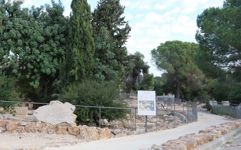 L'allée menant aux jardins archéologiques de Ramat Rachel découvert par hasard en 1954 (Crédit : Shmuel Bar-Am)