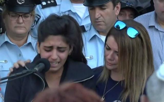 Noy Kirma pendant les funérailles de son mari, le premier sergent Yosef Kirma, tué pendant une attaque terroriste à Jérusalem, le 9 octobre 2016. (Crédit : capture d'écran Ynet)