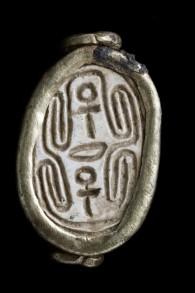 UN scarabée datant de la période cananéenne découverte à Tel Gezer en novembre 2016. (Crédit : CLARA AMIT / IAA)