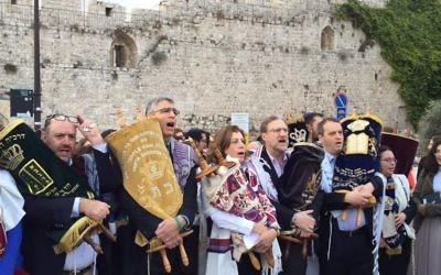 Des militants juifs libéraux entrent au mur Occidental avec des rouleaux de Torah, le 2 novembre 2016. (Crédit : autorisation)