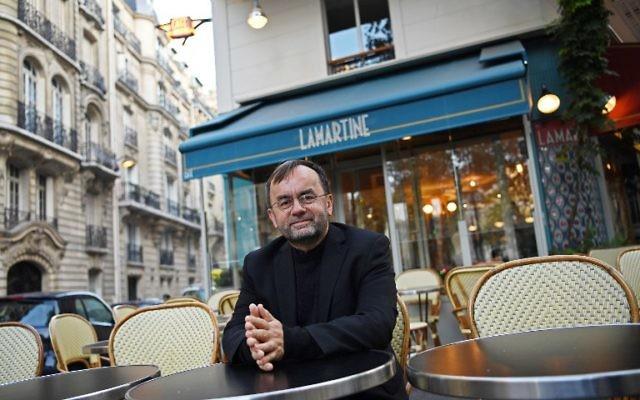 Le père Patrick Desbois, fondateur français de l'association Yahad In Unum et directeur du service de l'Eglise de France pour les relations avec le judaïsme, à Paris, le 12 octobre 2016. (Crédit : AFP/ Christophe Archambault)