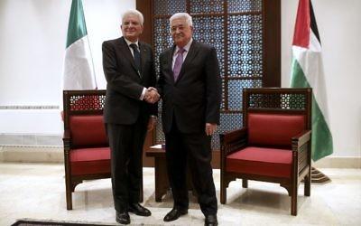Mahmoud Abbas, le président de l'Autorité palestinienne (à droite) et le président italien Sergio Mattarella à Bethléem, en Cisjordanie, le 1er novembre 2016. (Crédit : AFP/Fadi Arouri)