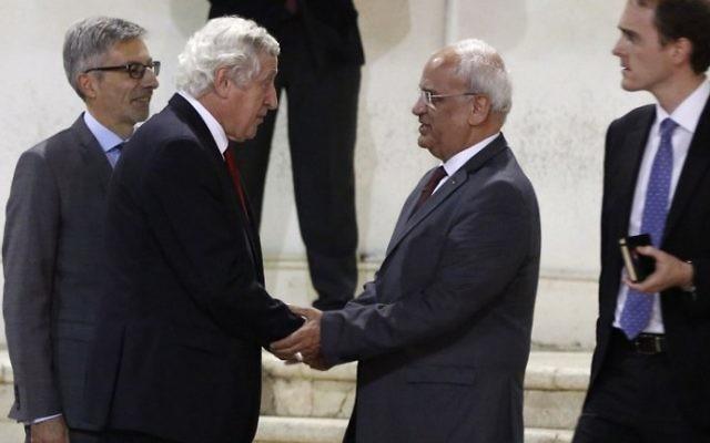Le négociateur palestinien Saeb Erekat (2° à droite) et l'envoyé spécial de la France pour le processus de paix au Moyen orient, Pierre Vimont (2° à gauche) avant qu'il ne rencontre le président de l'Autorité palestinienne Mahmoud Abbas à Ramallah, en Cisjordanie, le 7 novembre 2016. (Crédit : AFP/Abbas Momani)