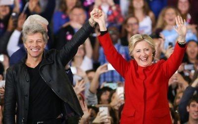 Hillary Clinton et Jon Bon Jovi au Colisée de Reynolds sur le campus de l'université d'état de la Caroline du Nord pendant le dernier événement de  campagne avant les élections, à Raleigh, en Caroline du Nord, le 7 novembre 2016 (Crédit : AFP PHOTO / Logan Cyrus)