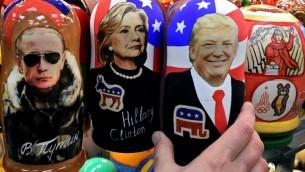 Des poupées russes traditionnelles avec le président russe Vladimir Poutine, la candidate démocrate à la présidentielle américaine Hillary Clinton et le président élu Donald Trump, vendues à Moscou, le 8 novembre 2016. (Crédit : AFP/Kirill Kudryavtsev)