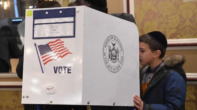 Des électeurs votent pour l'élection présidentielle américaine au centre communautaire juif d'East Midwood, à Brooklyn, le 8 novembre 2016. (Crédit : AFP/Angela Weiss)