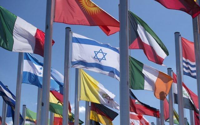 Le drapeau israélien au milieu des autres à la COP22 à Marrakesh Le 8 novembre 2016. (Crédit : AFP / FADEL SENNA)