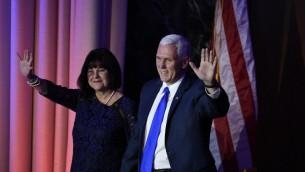 Le vice-président élu Mike Pence et son épouse Karen à New York, le 8 novembre 2016. (Crédit : AFP/Saul Loeb)