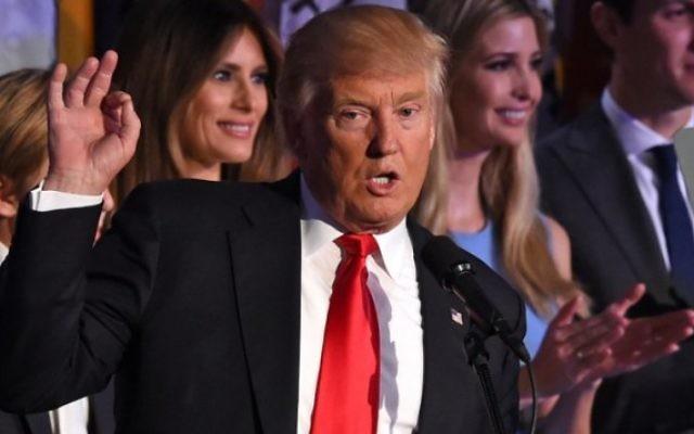 Le président élu Donald Trump, entouré de sa famille, s'adresse à ses partisans le soir de l'élection à New York, le 9 novembre 2016. (Crédit : AFP/Timothy A. Clary)