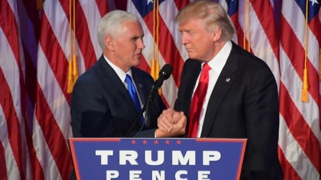 Le président américain élu Donald Trump (à droite) avec son colistier, le vice-président élu Mike Pence, à New York, le 9 novembre 2016. (Crédit : AFP/Jim Watson)