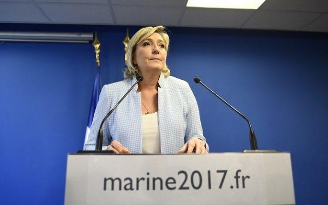 Marine Le Pen, présidente du Front national et candidate à l'élection présidentielle française, pendant une conférence de presse, au siège de son parti à Nanterre, le 9 novembre 2016. (Crédit : Martin Bureau/AFP)