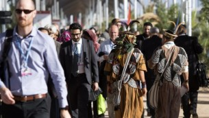 Un juif se promenant dans les allées de la COP 22 à Marrakech, le 8 novembre 2016 (Crédit :  AFP/Fadel Senna)