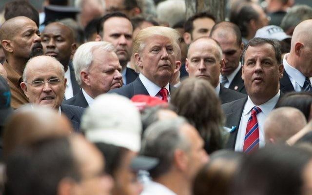 Cette photo d'archive prise le 11 septembre 2016 montre l'ancien maire de New York, Rudy Giuliani (à gauche), le candidat républicain Donald Trump (au centre) et le gouverneur du New Jersey Chris Christie (à droite) pendant qu'ils se tiennent ensemble pendant un service commémoration pour le 11 septembre au Mémorial à New York (Crédit : AFP / Bryan R. Smith)