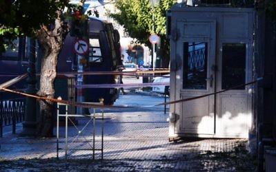 Le kiosque de sécurité à l'entrée de l'ambassade de France dans le centre d'Athènes, après que deux motocyclistes aient lancé une grenade et blessé la garde, le 10 novembre 2016 (Crédit : AFP PHOTO / LOUISA GOULIAMAKI)