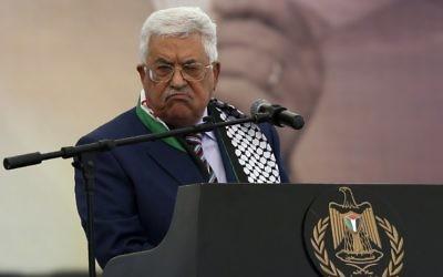 Le président de l'Autorité palestinienne Mahmoud Abbas pendant un rassemblement commémorant le 12e anniversaire du décès de Yasser Arafat à Ramallah, en Cisjordanie, le 10 novembre 2016. (Crédit : Abbas Momani/AFP)
