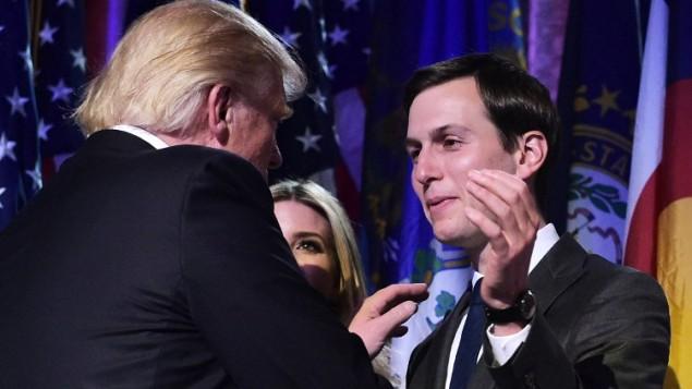 Donald Trump, qui vient de remporter l'élection présidentielle américaine, avec son gendre Jared Kushner à New York, le 9 novembre 2016. (Crédit : Mandel Ngan/AFP)