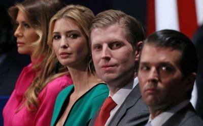 Les membres de la famille du nouveau président américain Donald Trump : son épouse de Melania Trump, sa fille d'Ivanka Trump, et ses fils Eric Trump et Donald Trump Jr. pendant le deuxième débat présidentiel à l'université de Washington à St Louis, dans le Missouri, le 9 octobre 2016 (Crédit : AFP PHOTO / Tasos Katopodis)