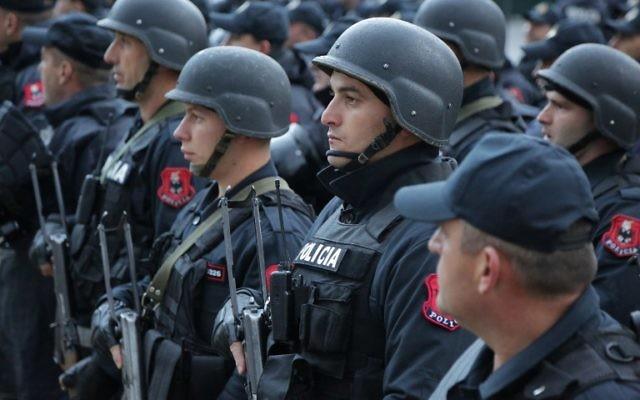 Les forces spéciales albanaises au stade d'Elbasan avant le match de  match de qualification pour le Mondial 2018 entre Israël et l'Albanie, à Elbasan, le 12 novembre 2016. (Crédit : AFP/Gent Shkullaku)
