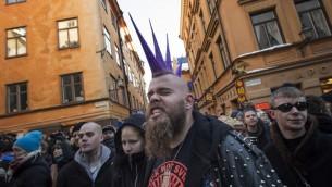 Des contremanifestants protestent contre le Mouvement de résistance nordique (NMR) dans le centre de Stockholm, en Suède, le 12 novembre 2016. (Crédit : AFP/Jonathan Nackstrand)